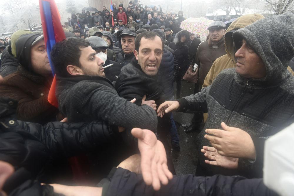 反对派在埃里温市举行集会。