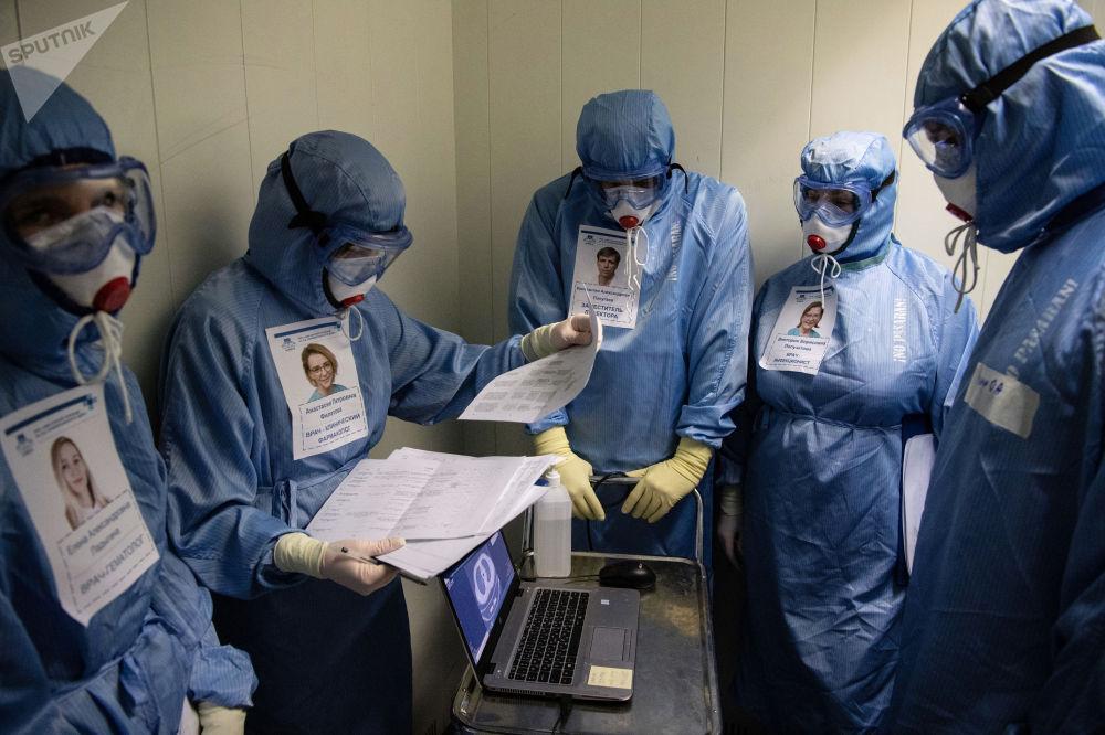"""俄罗斯""""斯克利福索夫斯基""""医科学院急救站接诊新冠患者。"""