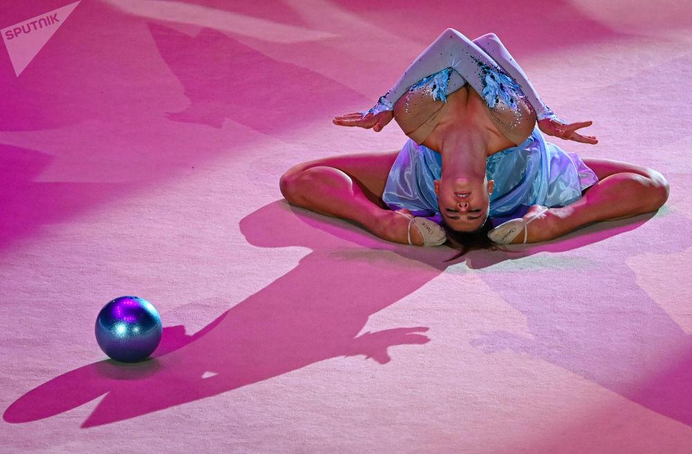 亚历山德拉·索尔达托娃在2021年莫斯科艺术体操大奖赛开幕式表演。