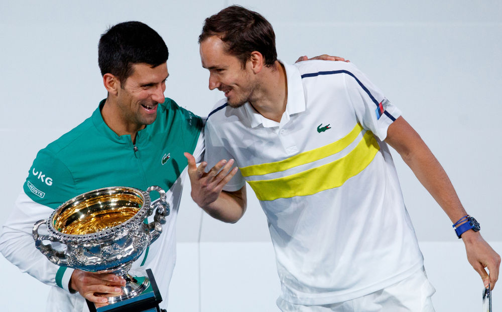 诺瓦克·德约科维奇与丹尼尔·梅德韦杰夫参加澳大利亚网球公开赛颁奖典礼。