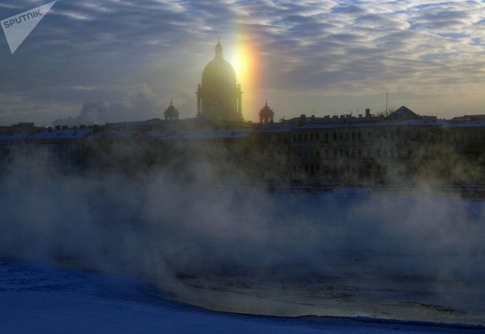 圣彼得堡市冬日景色。