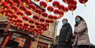 北京女孩在满是节日灯笼装点的街道上。