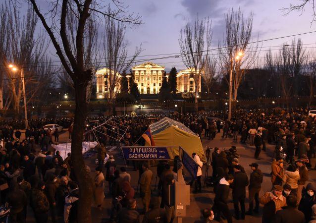 200名亚美尼亚总理的反对者在埃里温议会附近宿营