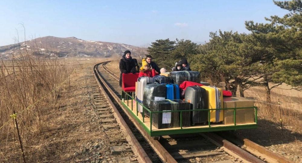 借助轨道车离开朝鲜的俄外交官们