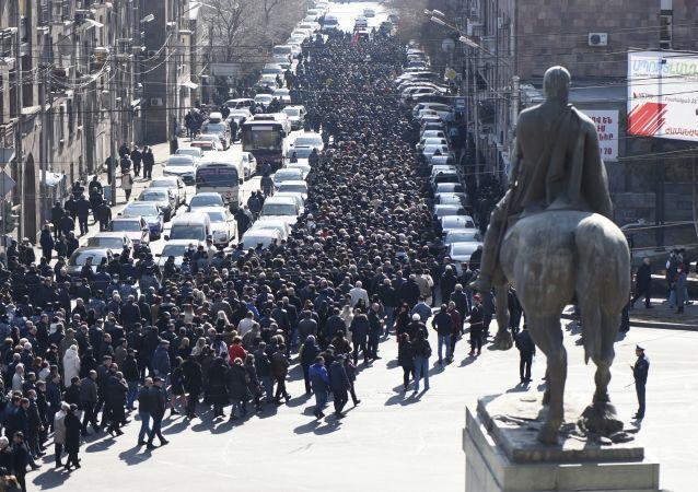 亚美尼亚国防部呼吁不要让军方卷入政治进程