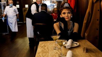餐厅内设置的好莱坞影星奥黛丽·赫本蜡像。
