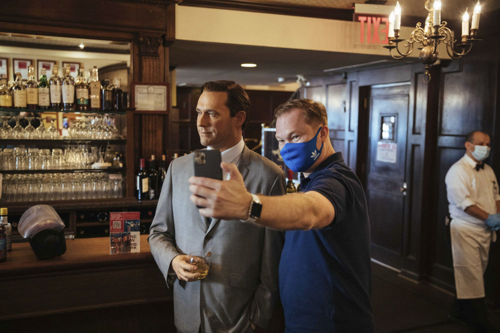 餐厅内设置的美国影星乔恩·哈姆蜡像。