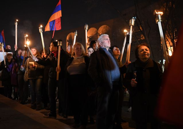 一群帕希尼扬的反对者闯进位于埃里温市中心多个部门所在的政府大楼
