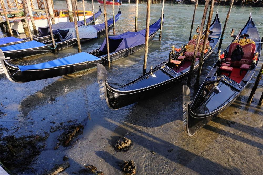 裸露着河床的威尼斯市运河。