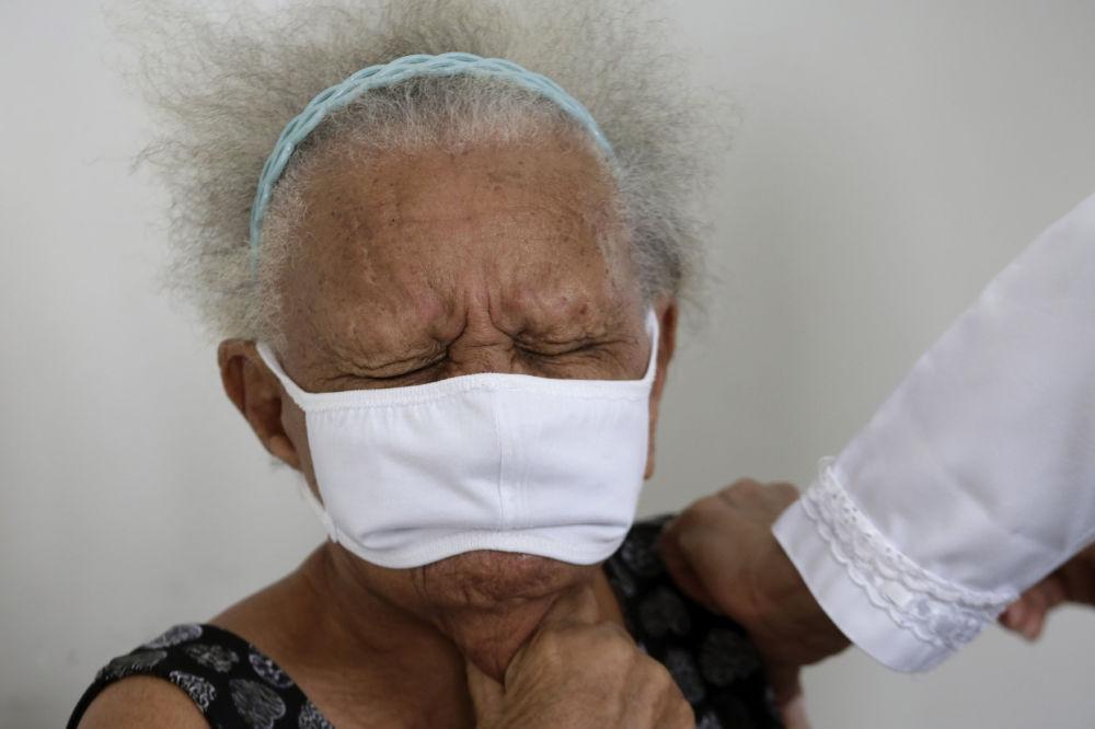 """巴西90岁老人巴蒂斯塔接种中国科兴""""Sinovac""""公司疫苗。"""