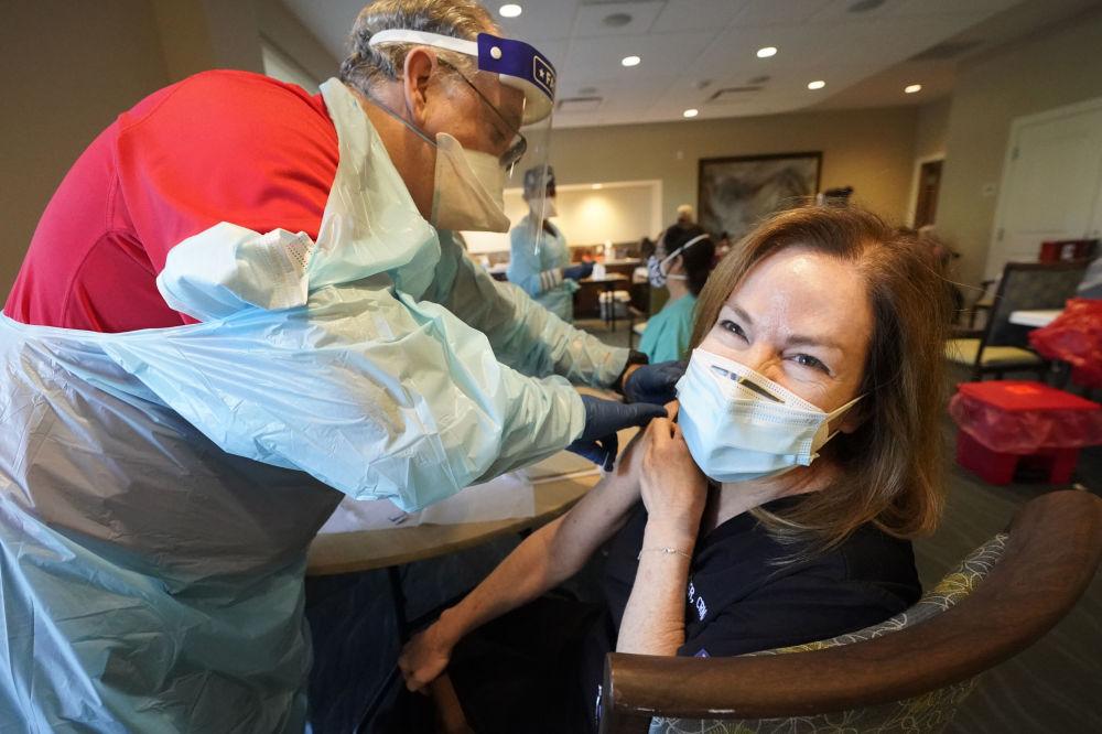 美国佛罗里达居民接种新冠疫苗。