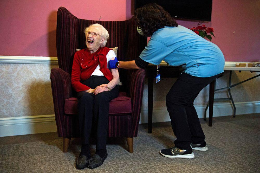 """伦敦一敬老院百岁老人接种""""牛津/阿斯利康""""疫苗。"""