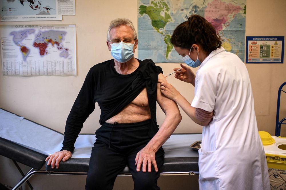 法国巴黎市一老人接种新冠疫苗。