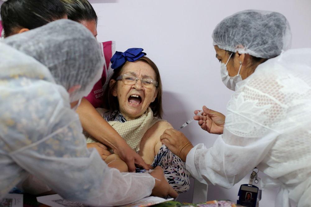 巴西圣保罗市一老人接种新冠疫苗。