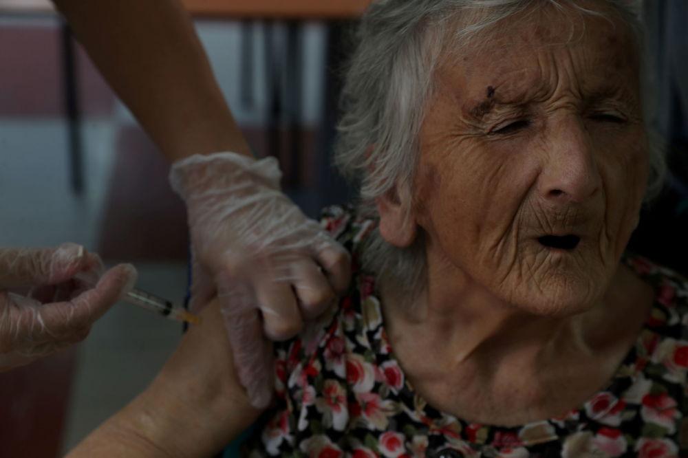 """智利一敬老院老人接种中国""""CoronaVac""""疫苗。"""