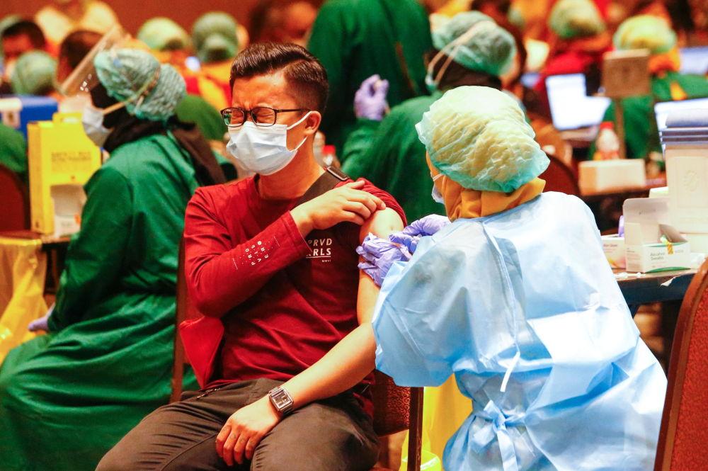 印度尼西亚一男子接种新冠疫苗。