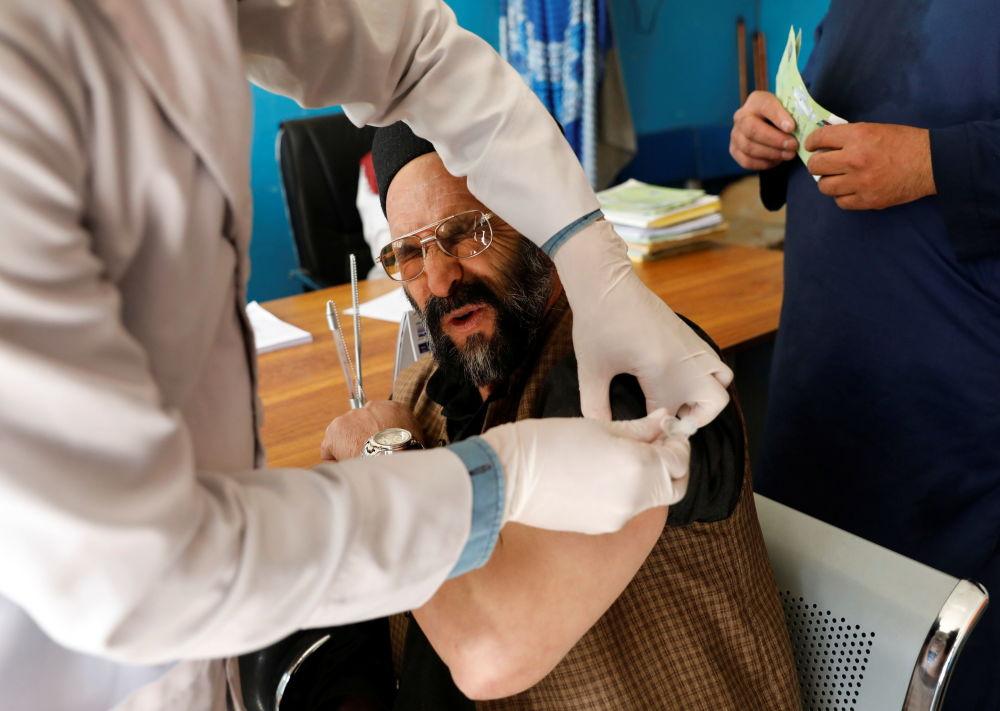阿富汗喀布尔市为居民接种阿斯利康公司疫苗。
