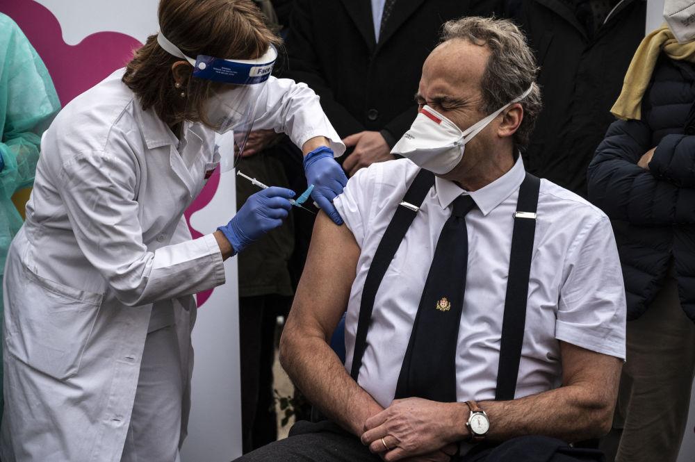 意大利都灵市阿梅迪欧·迪·萨沃亚医院医师佩里接种新冠疫苗。