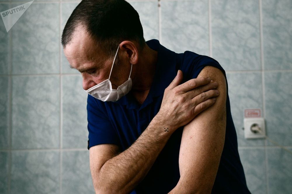"""俄罗斯斯维尔德洛夫州斯塔罗乌特金斯克镇居民接种国产""""卫星V""""疫苗。"""