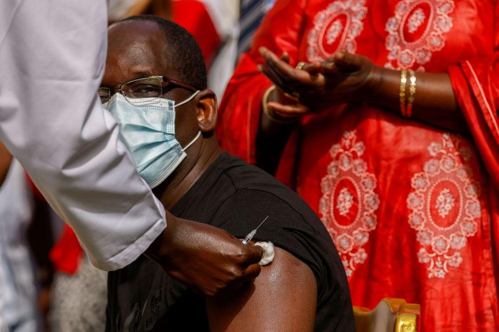 塞内加尔卫生部部长萨尔在首都达喀尔市接种新冠疫苗。