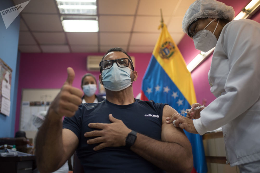 """委内瑞拉加拉加斯市一医院为居民接种俄罗斯""""卫星V""""疫苗。"""