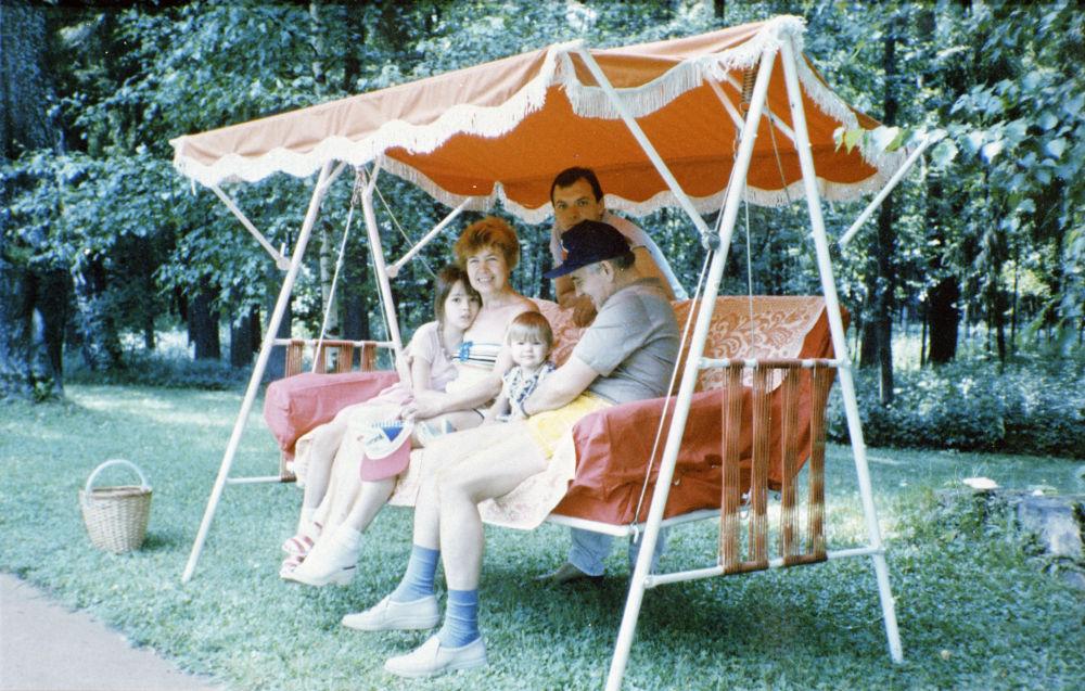 苏联最高委员会主席团主席戈尔巴乔夫全家在郊外别墅度假。