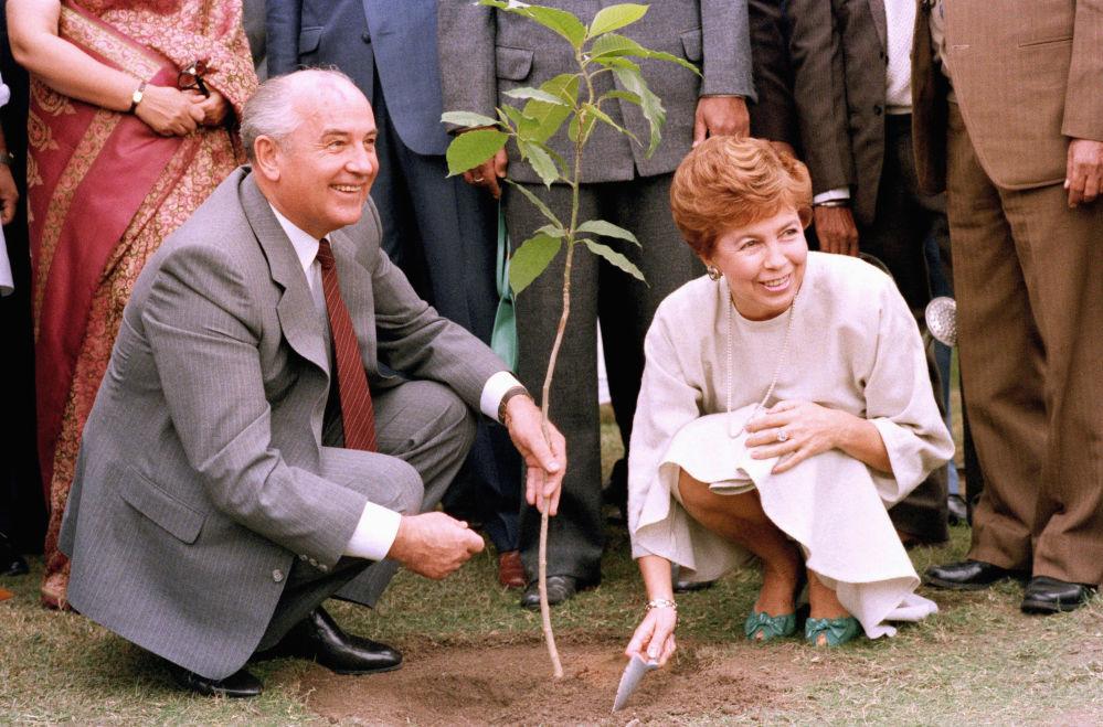 苏共中央总书记戈尔巴乔夫与夫人出访印度。