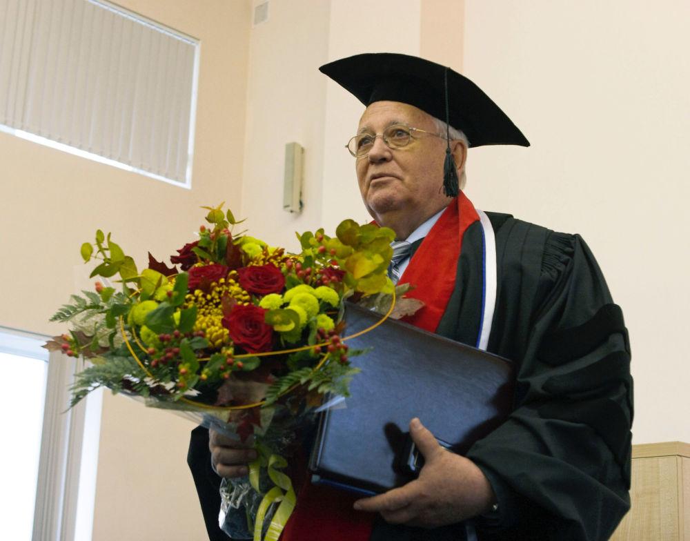戈尔巴乔夫被授予圣彼得堡国立医科大学荣誉教授。