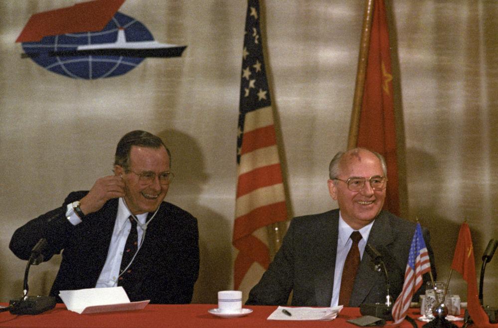 1989年,苏共中央总书记戈尔巴乔夫与美国总统布什在马耳他举行非官方会晤。