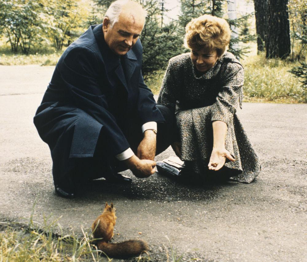 1988年,苏共中央总书记戈尔巴乔夫与夫人参观克拉斯诺亚尔边疆区。