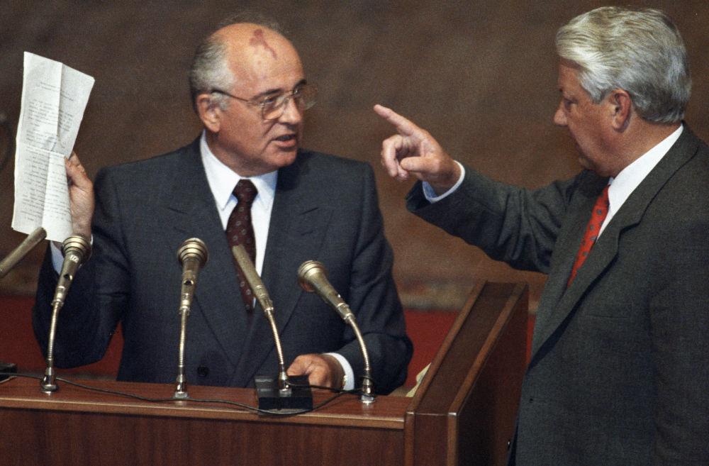 戈尔巴乔夫与叶利钦在俄罗斯苏维埃联邦最高委员会会议上。