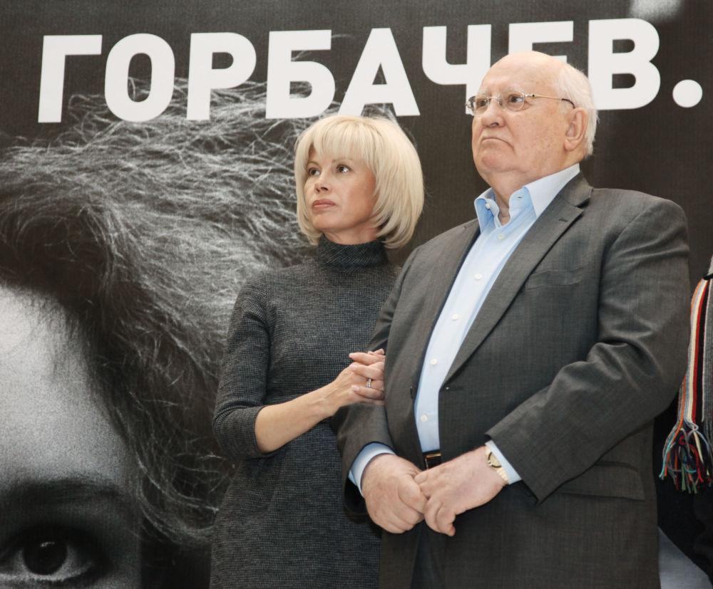 """戈尔巴乔夫与女儿出席""""米哈伊尔·戈尔巴乔夫《改革重建》""""展览开幕式。"""