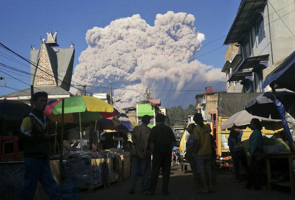 印度尼西亚锡纳朋火山喷发现场。