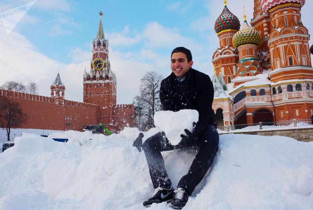 一名游客在莫斯科圣瓦西里大教堂外享受假期。