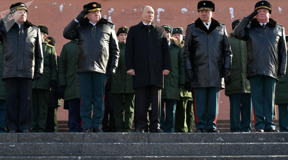 俄罗斯总统普京出席在莫斯科无名烈士墓前举行的献花仪式。