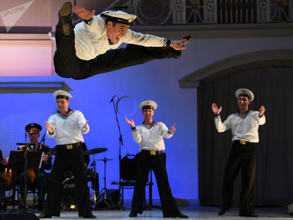 """俄罗斯""""亚历山大罗夫""""歌舞团专场音乐会。"""