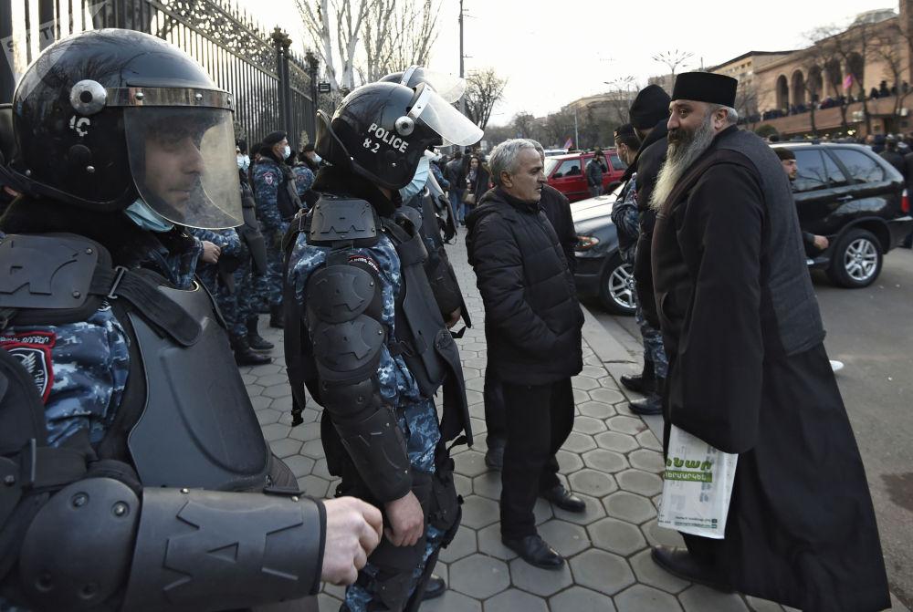 埃里温市警员在国家会议大楼前设置警戒线。