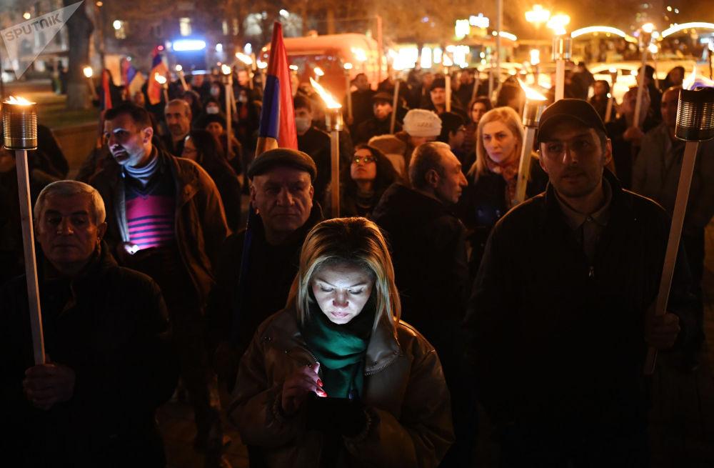 反对派在埃里温市举行游行集会。