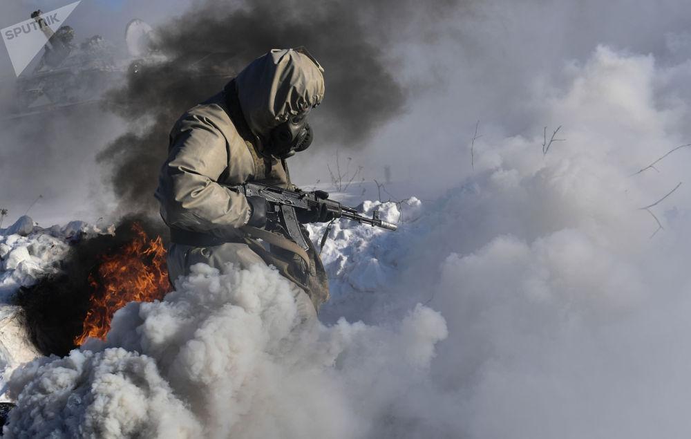俄军中央军区核生化防护旅进行演练。