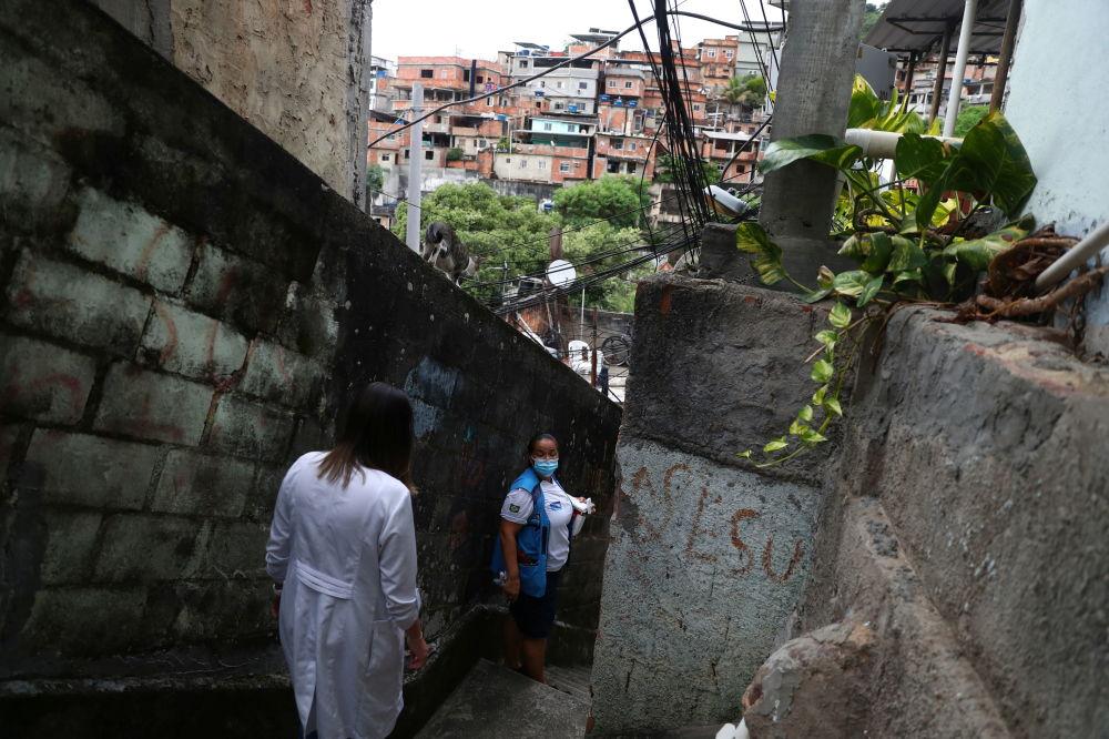 巴西里约热内卢市女护士为居民接种疫苗。