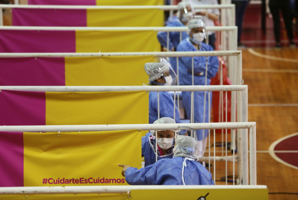 阿根廷布宜诺斯艾利斯市疫苗接种中心值守的女护士。