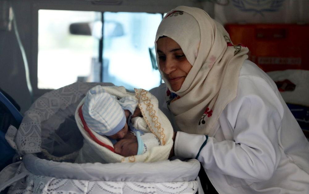 也门女护士在萨那机场迎接连体婴儿。