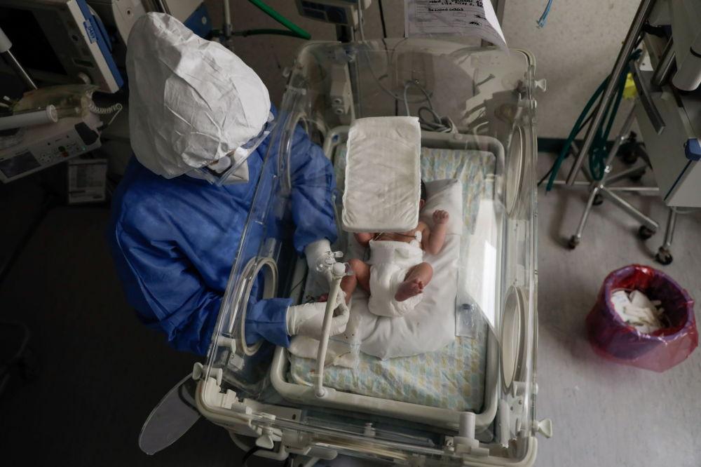 墨西哥托卢卡市妇产医院陪护感染新冠病毒的新生儿。