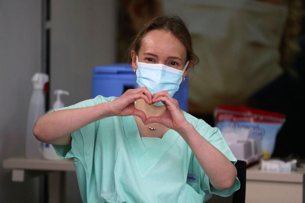 哥伦比亚波哥大市医院急诊医生为患者接种疫苗。