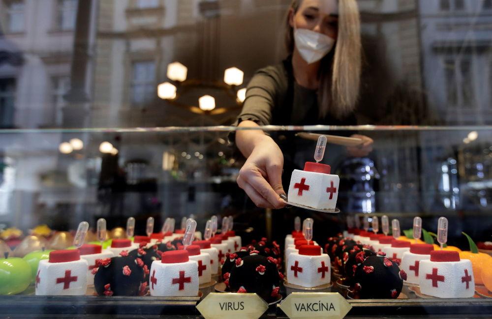 甜点师傅的创作灵感来自互联网上新冠病毒的图像。