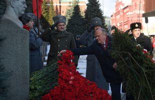 俄共向克里姆林宫墙旁边的斯大林墓献花圈