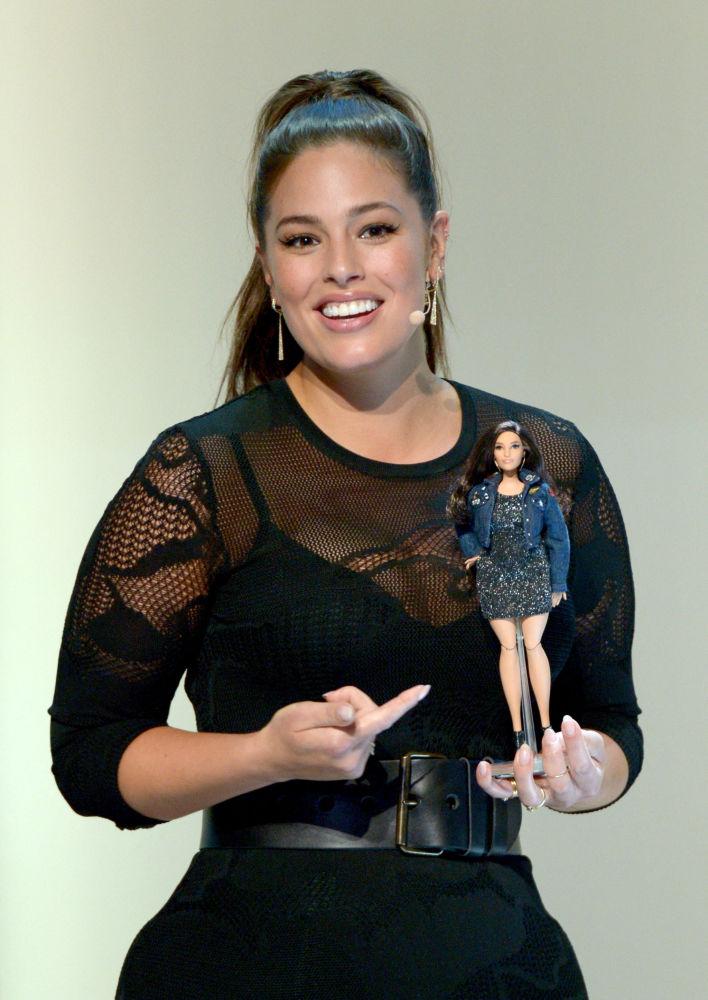 美国大码超模阿什利·格雷厄姆和以她形象制成的芭比娃娃。