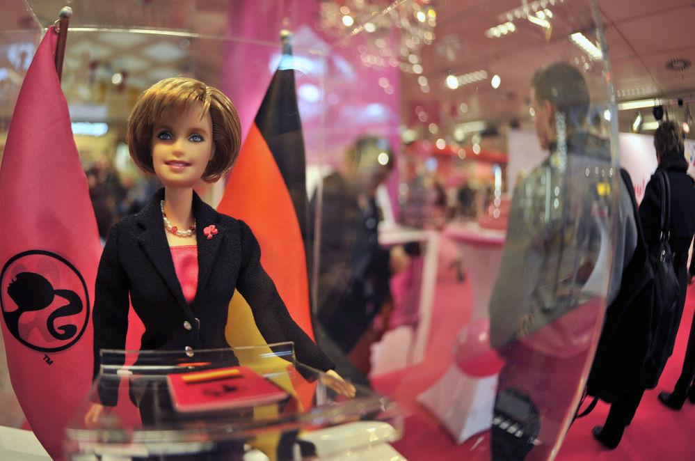 看起来像德国总理安格拉·默克尔的芭比娃娃。