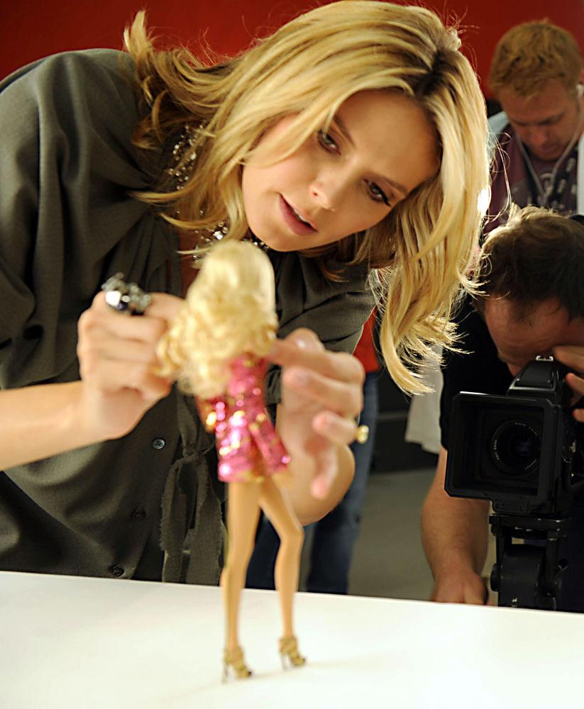 德国超模海蒂·克鲁姆和以她形象制成的芭比娃娃。