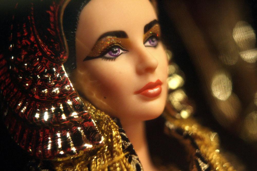 伊丽莎白·泰勒饰演的埃及艳后造型的芭比娃娃。